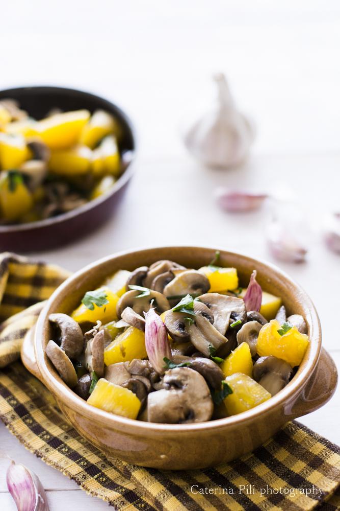 Funghi champignon con zucca e aglio rosso in camicia