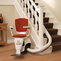 Krzesełko schodowe krzywoliniowe na jednej grubej rurze