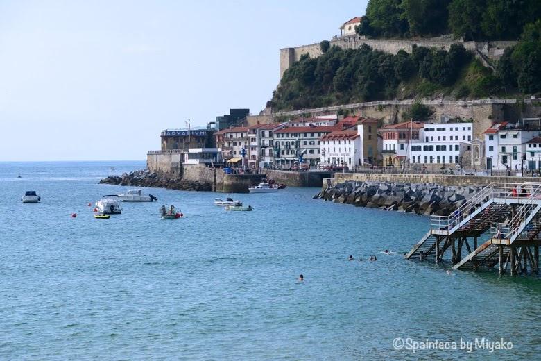 サン·セバスティアンの美しい海で泳ぐ人たち Donostia-San Sebastián