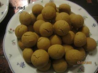 حلوى العيد بعجينة واحدة وشكلين مختلفين
