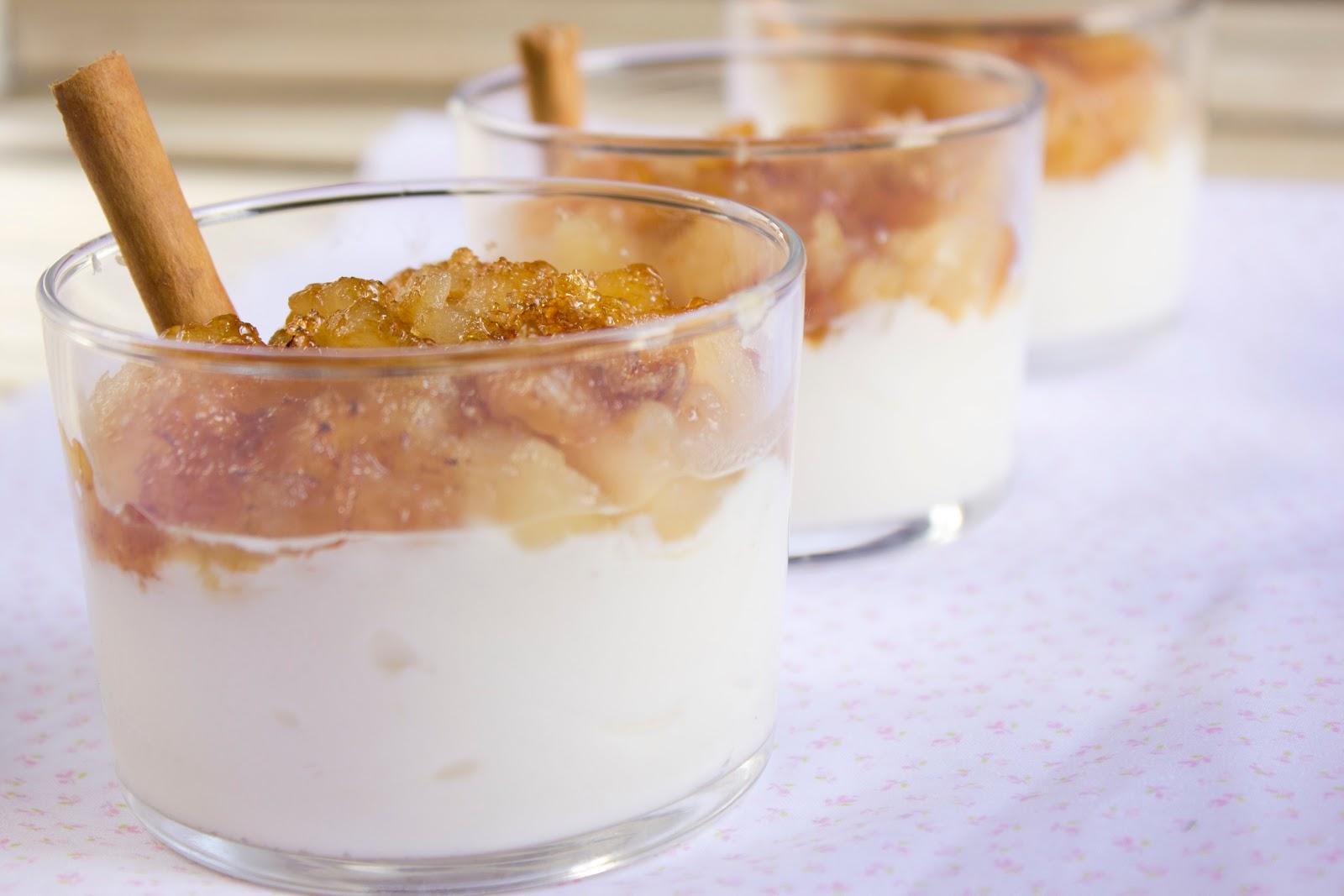 Vasitos de manzana caramelizada con crema de queso