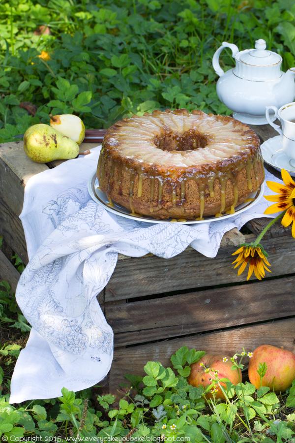 odwrócone ciasto z gruszkami, jabłkami i sosem karmelowym