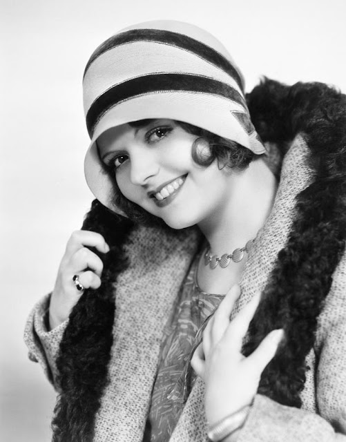 25 Vintage Portraits Of Beautiful Women With Cloche Hats -4484