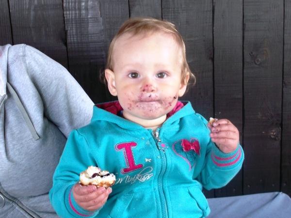 zabawa przy jedzeniu, blw, brudne dziecko to szczęśliwe dziecko
