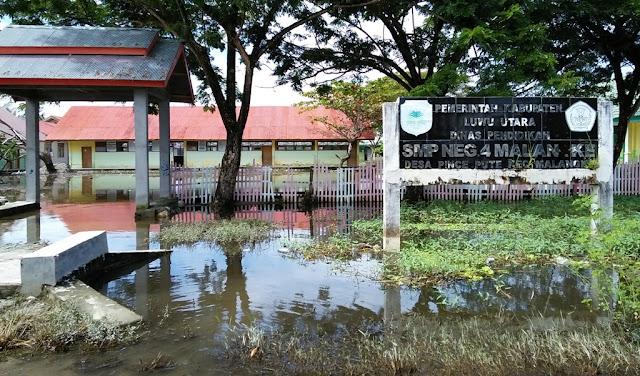 Meski Terendam, Siswa SMPN 4 Malangke Tetap Sekolah
