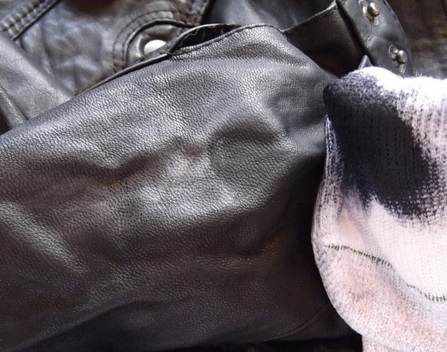 gambar ketika memoles jaket kulit dengan poles alami