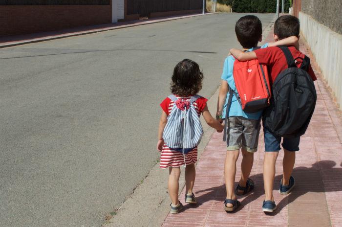 Prevenir bullying o acoso escolar, cuentos y libros, niños andando