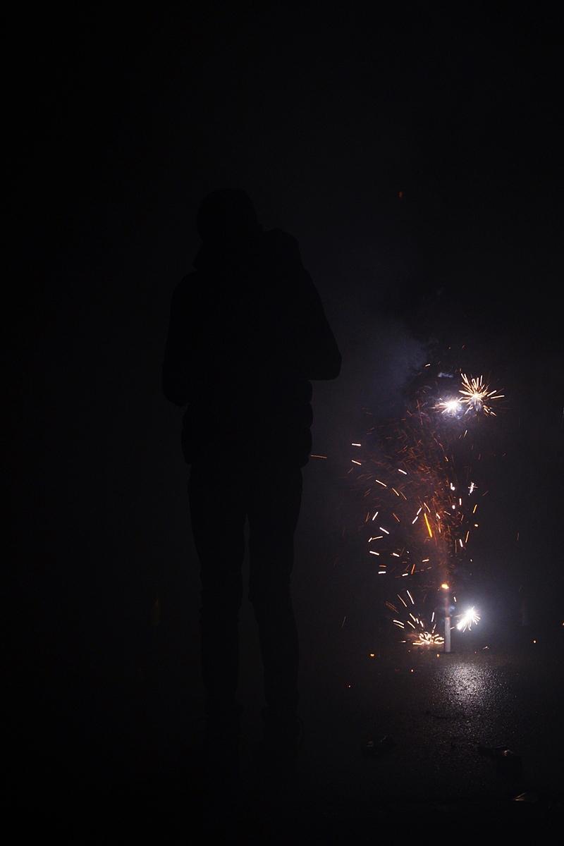Feuerwerk an Silvester auf der dunklen Straße // Street firework on New Year`s Eve