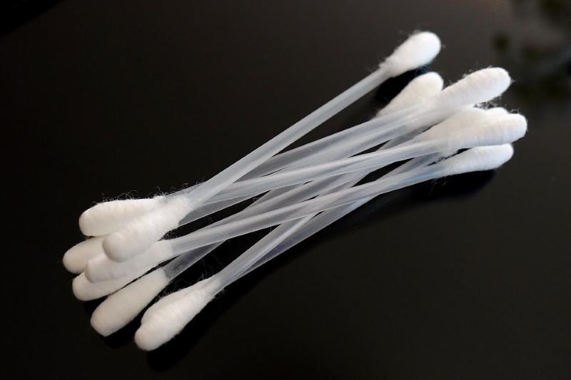 cotonetes com bastão de plástico