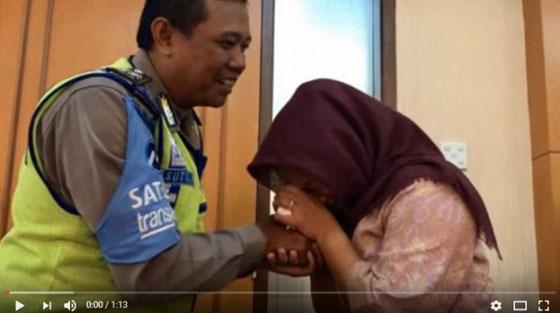 Video Dora Natalia Minta Maaf dan Cium Tangan Aiptu Sutisna