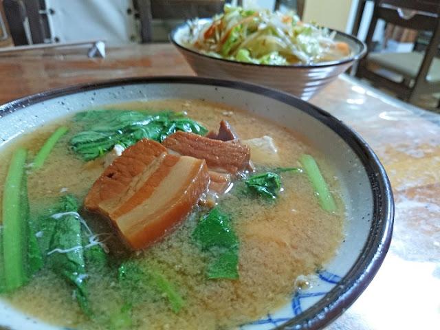 野菜そばと味噌汁の写真