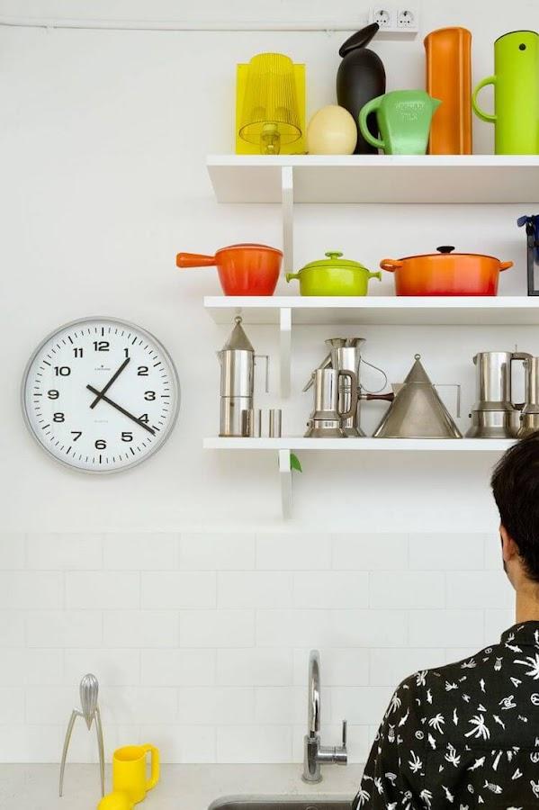 cocina blanca con baldas