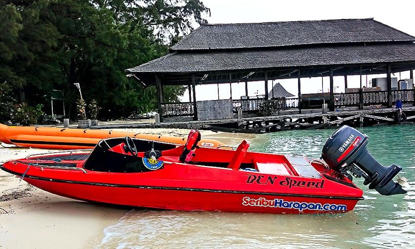 speed boat seribu harapan bersandar di pulau semut besar