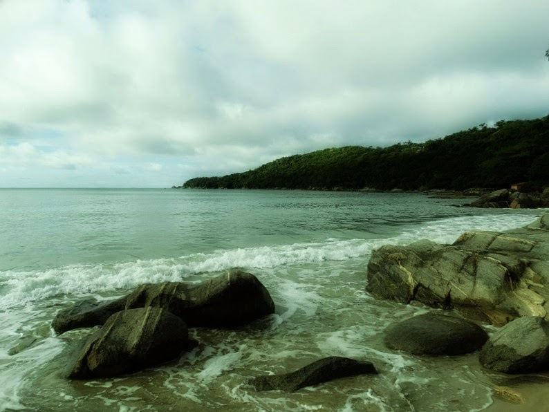Praia do Estaleiro, em Porto Belo: acesso por pequena trilha