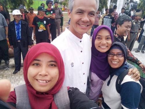 Gubernur Jawa Tengah, Ganjar Pranowo layani selfi warga Pekanbaru