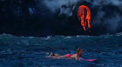 Κάνει surf μερικά μέτρα από την λάβα ενεργού ηφαιστείου στην Χαβάη