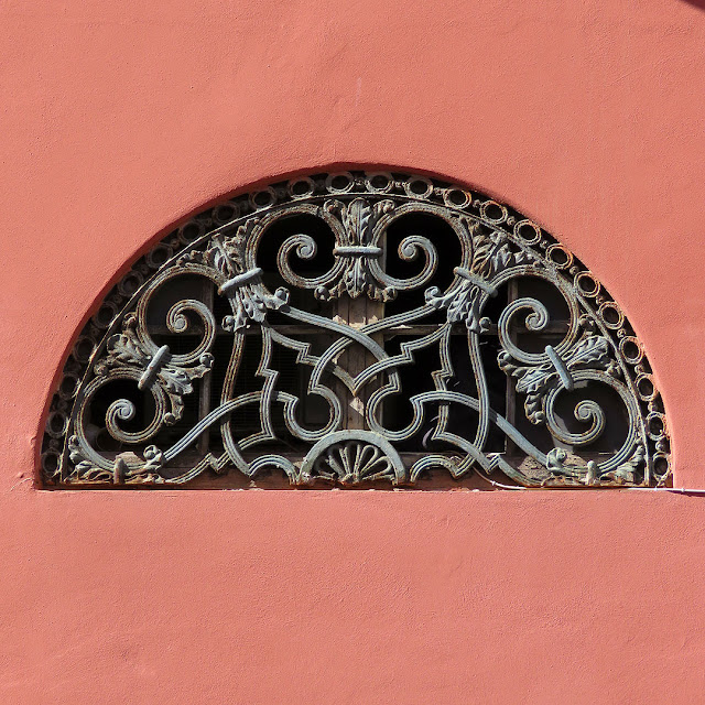 Fanlight window, Piazza Colonnella, Livorno