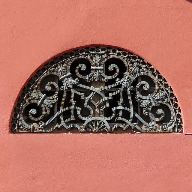 Finestra a lunetta, piazza Colonnella, Livorno