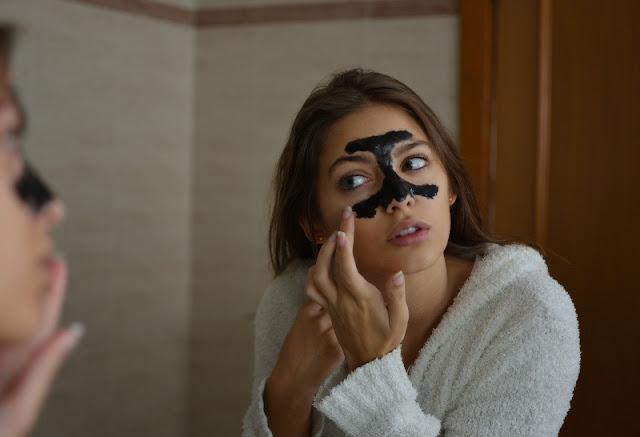 Tratamiento de los puntos negros mediante mascarilla negra