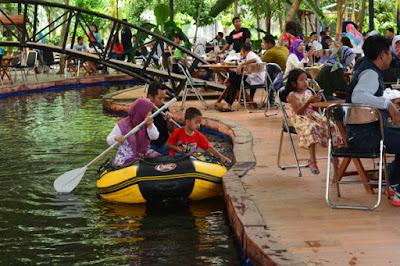 naik perahu keliling kanal buatan