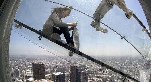 Estrutura do tobogã de vidro inaugurado em Los Angeles