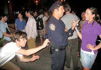Lustiger junger Mann beklaut Polizistin Spaßbilder zum lachen