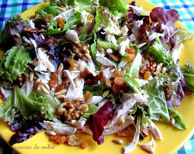 Ensalada de pollo, lechuga y frutos secos