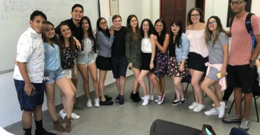 Universidad de Colombia prohíbe el uso de faldas y escotes para «no distraer» a los alumnos y docentes