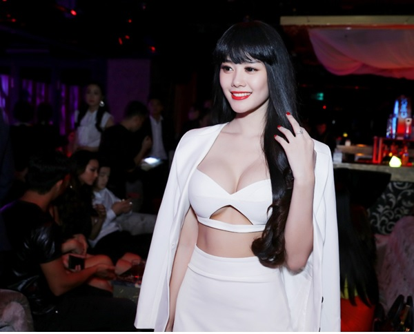Á Hâu Linh Chi khoe ngực khủng 15