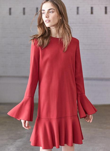 Красное короткое платье с воланами на рукавах и по линии низа для фигуры перевернутый треугольник