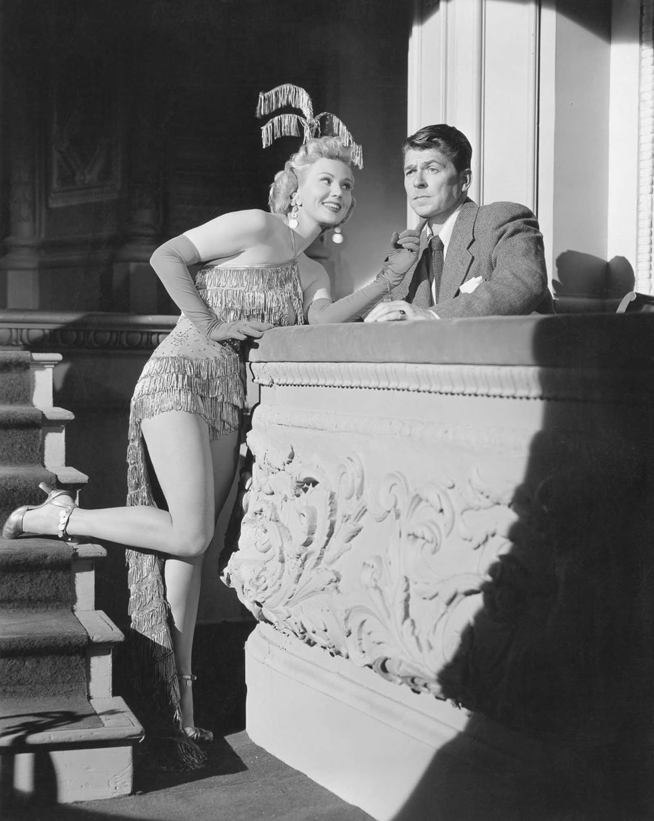Reagan y Virginia Mayo se presentan en She's Working Her Way Through College. 1952.