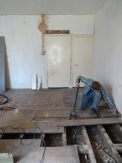 lifting floorboards using a lifting bar