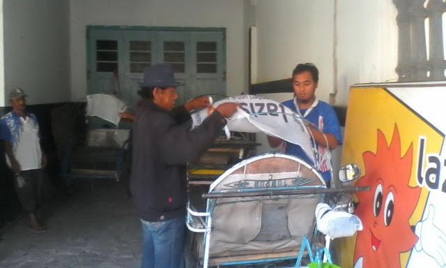 Proses Pemasangan Branding Lazismu Jember di Becak