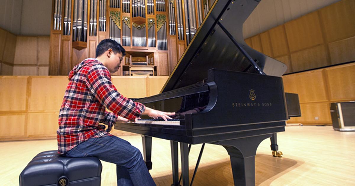 Người mới bắt đầu học đàn piano