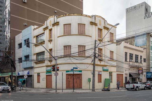 Prédinho na Praça Osório, esquina com a Alameda Cabral.
