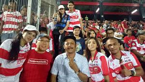 [FOTO]  Salut Buat Suporter Madura United di Bali