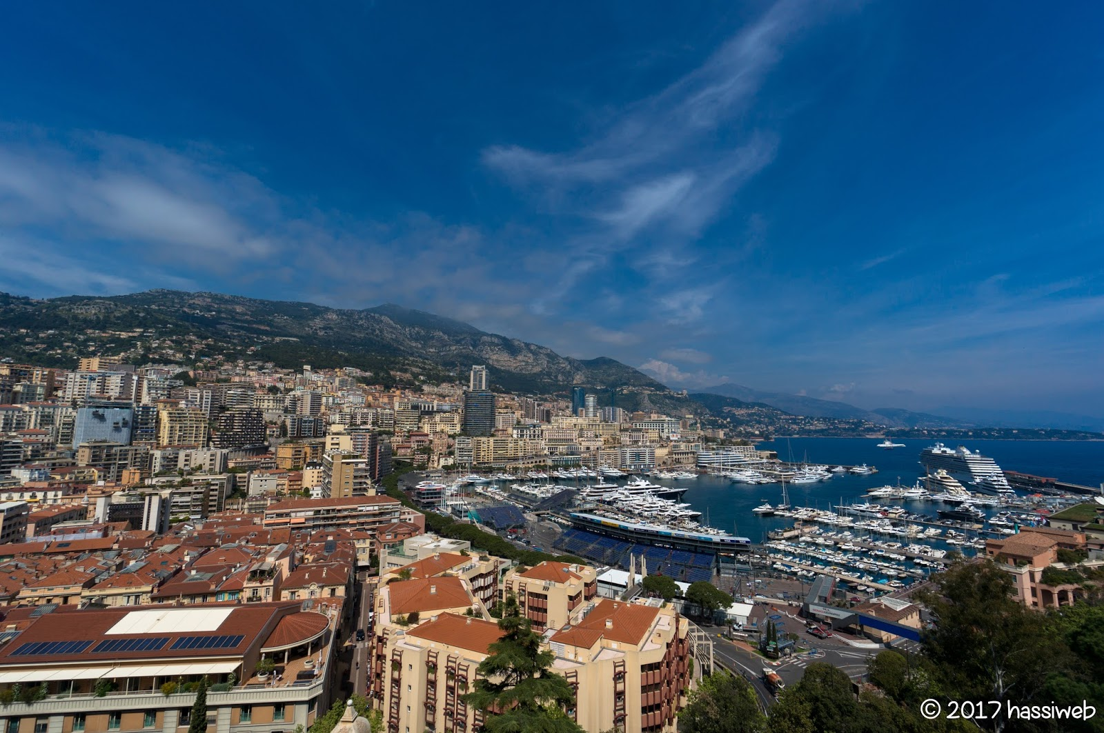 モナコを一望 (A sweep view of Monaco)