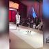 Gato callejero se convierte en estrella de un desfile de moda
