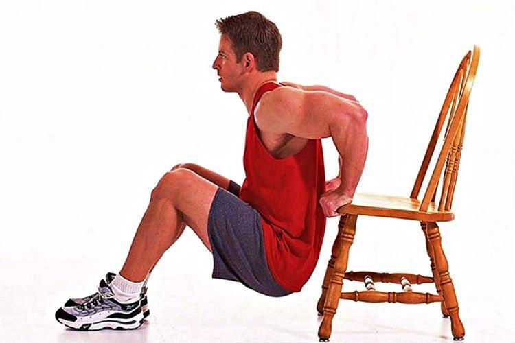 Sandalyede Dips spor salonunda yapılan normal dips egzersizine göre çok daha kolay bir seçenektir.