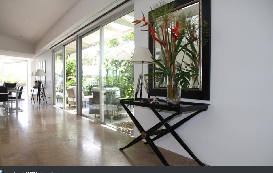 Penggunaan dinding kaca seolah olah menghilangkan batasan dalam dan luar ruangan