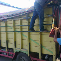 Sewa truk angkut barang paket.