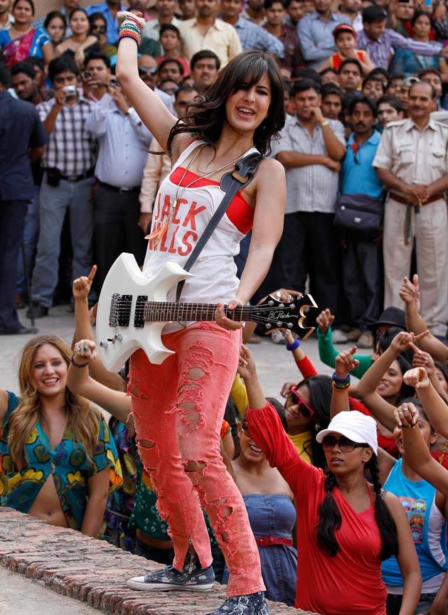 Hot Katrina Kaif Sexy Stills From Mere Brother Ki Dulhan -4604