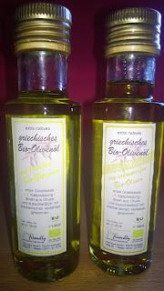 Flaschen Olivenöl mit und ohne Zitrone