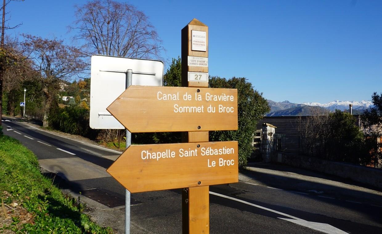 Signpost 27 in Carros Village
