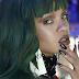 """Aparentemente, a modelo e atriz Rihanna está gravando um clipe, mas não é para """"Love On The Brain"""""""