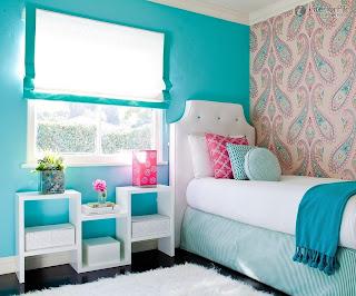 Kombinasi warna cat dinding biru pada kamar tidur Deep Sky Blue