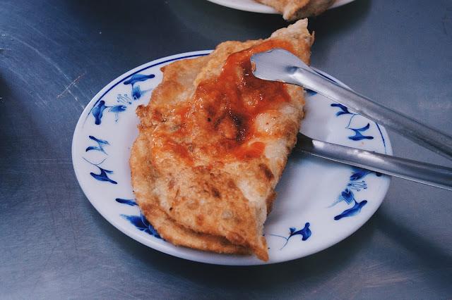 蛋餅則是炸得有點像蔥油餅, 被折成兩半。