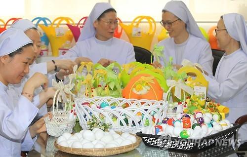 Monjas coreanas decorando huevos de Pascua