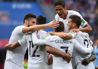 فرحة لاعبي منتخب فرنسا بعد  تسجيل الهدف الثاني
