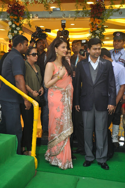 Aishwarya Rai inaugurates Kalyan Jewellers new store
